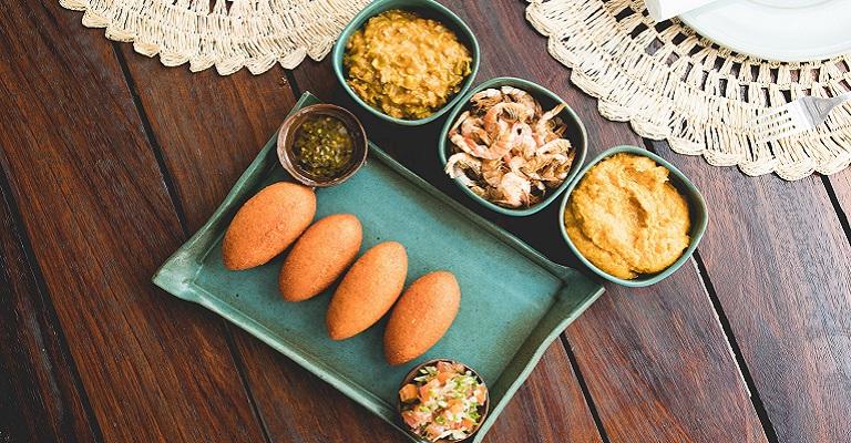 Deliciosa sugestão: Acarajé com Vatapá, Caruru, Vinagrete e Camarão