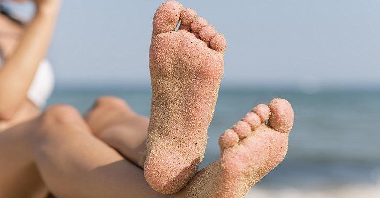 Cinco erros que prejudicam a saúde dos pés no verão