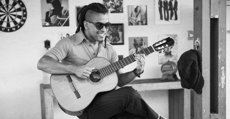 """Alysson Salvador celebra 20 anos de carreira no álbum """"Musicarama"""""""