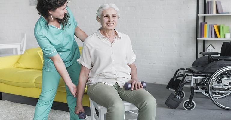 5 exercícios para idosos praticarem em casa